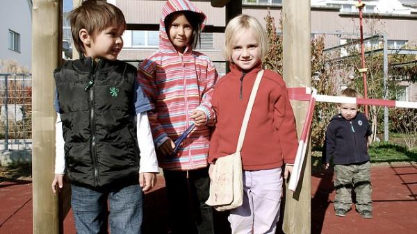 przedszkolaki na placu zabaw