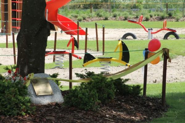 metalowe huśtawki na placu zabaw