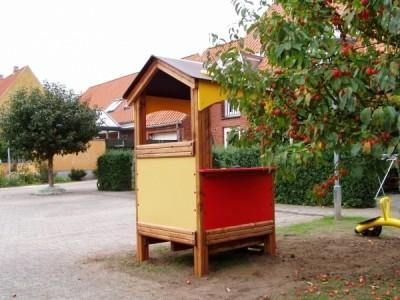 domek zabaw w przydomowym ogrodzie