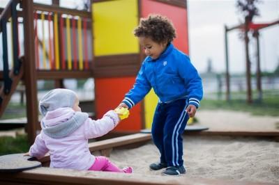 wspólna zabawa dzieci w piaskownicy