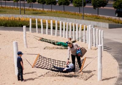 hamaki na piaszczystym placu zabaw