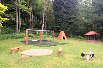 leśny plac zabaw z ekologicznych elementów